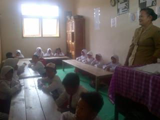 Permalink ke Kekurangan Ruangan, Puluhan Siswa SD Ini Belajar Di Lantai