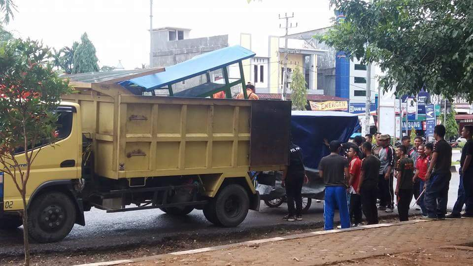 Permalink ke Wah…,Lapak PKL Di Jalan Jalur Tiga Bangko Digulung Satpol-PP 