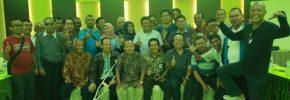 AK Mahmud (Tengah) berfoto bersama sejumlah wartawan lintas generasi (ft : Sakti Alam Watir)