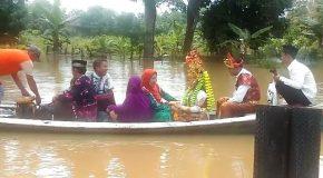 Permalink ke Sabron & Junita Diarak Diatas Genangan Air Banjir