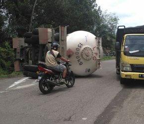 Permalink ke Diduga Sopir Mengantuk, Mibil Tangki Bermuatan Gas LPG Terguling Ditengah Jalan