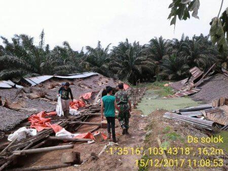 Permalink ke Dihantam Angin Puting Beliung, Delapan Rumah Warga Desa Solok Porak-poranda