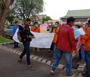 Permalink ke Gedung DPRD dan Ruang Kerja Gubernur Jambi Ditempel Spanduk Aspirasi Mahasiswa
