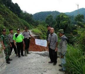 Permalink ke Tanah Longsor, Jalan Provinsi KM 68 Kecamatan Batang Asai Nyaris Putus