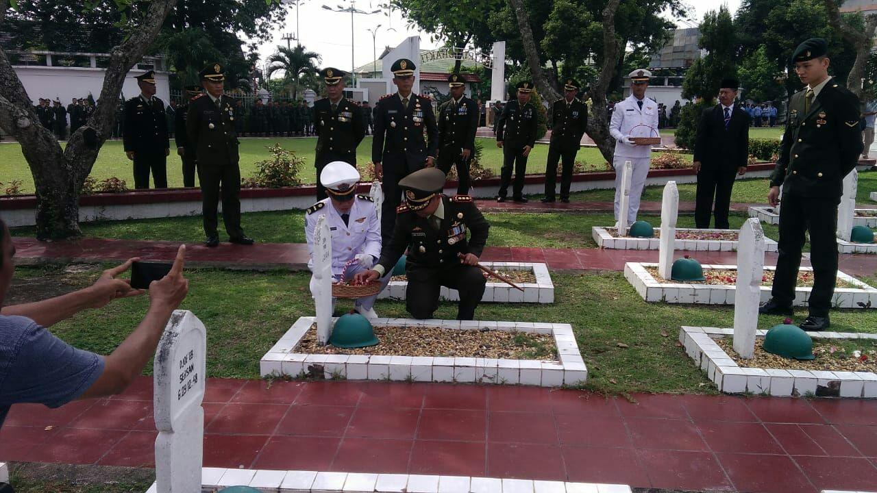 Permalink ke Peringati Harkitnas 2018,Korem 042/Gapu Tabur Bunga di Makam Pahlawan