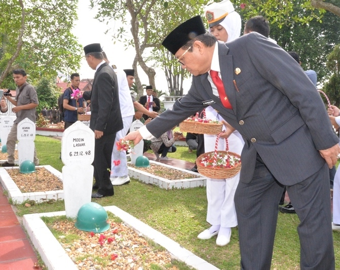 Permalink ke Fachrori Tabur Bunga di Makam Pahlawan