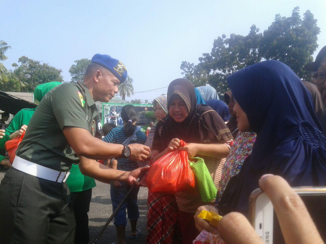 Permalink ke Denpom II/2 Jambi Bagi-bagi Sembako dan Gelar Bazar Murah