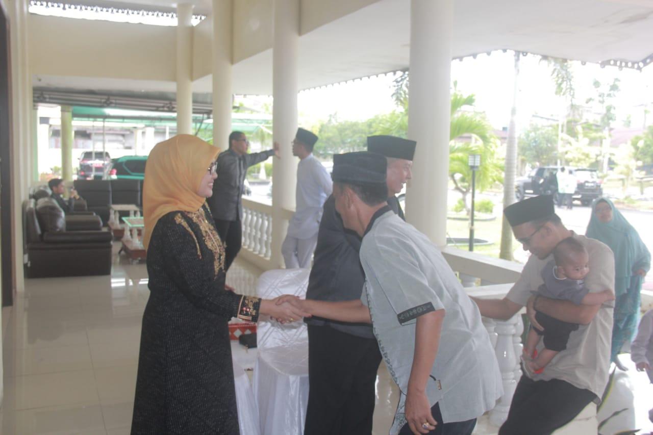 Permalink ke Jalin Tali Silaturahmi Dihari Raya,Bupati, Wabup, Sekda Tanjabbar Gelar Open House