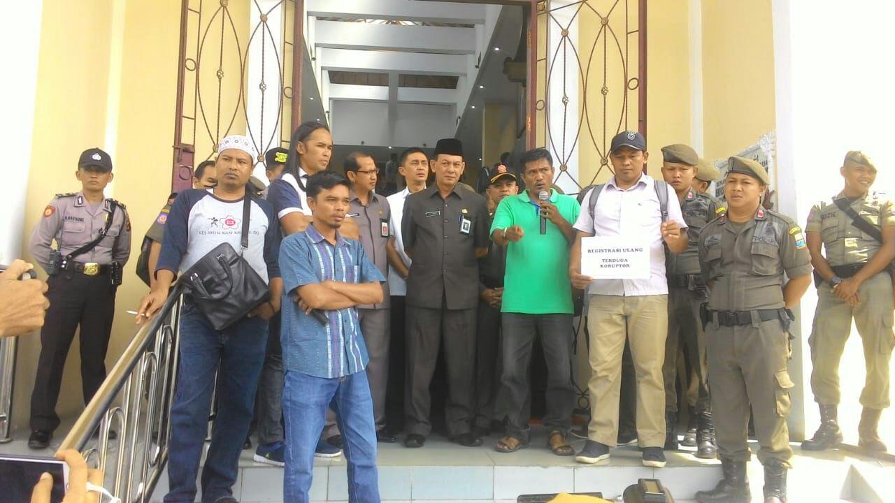 Permalink ke Massa Protes Ilegal Drilling Datangi Gedung DPRD Provinsi Jambi