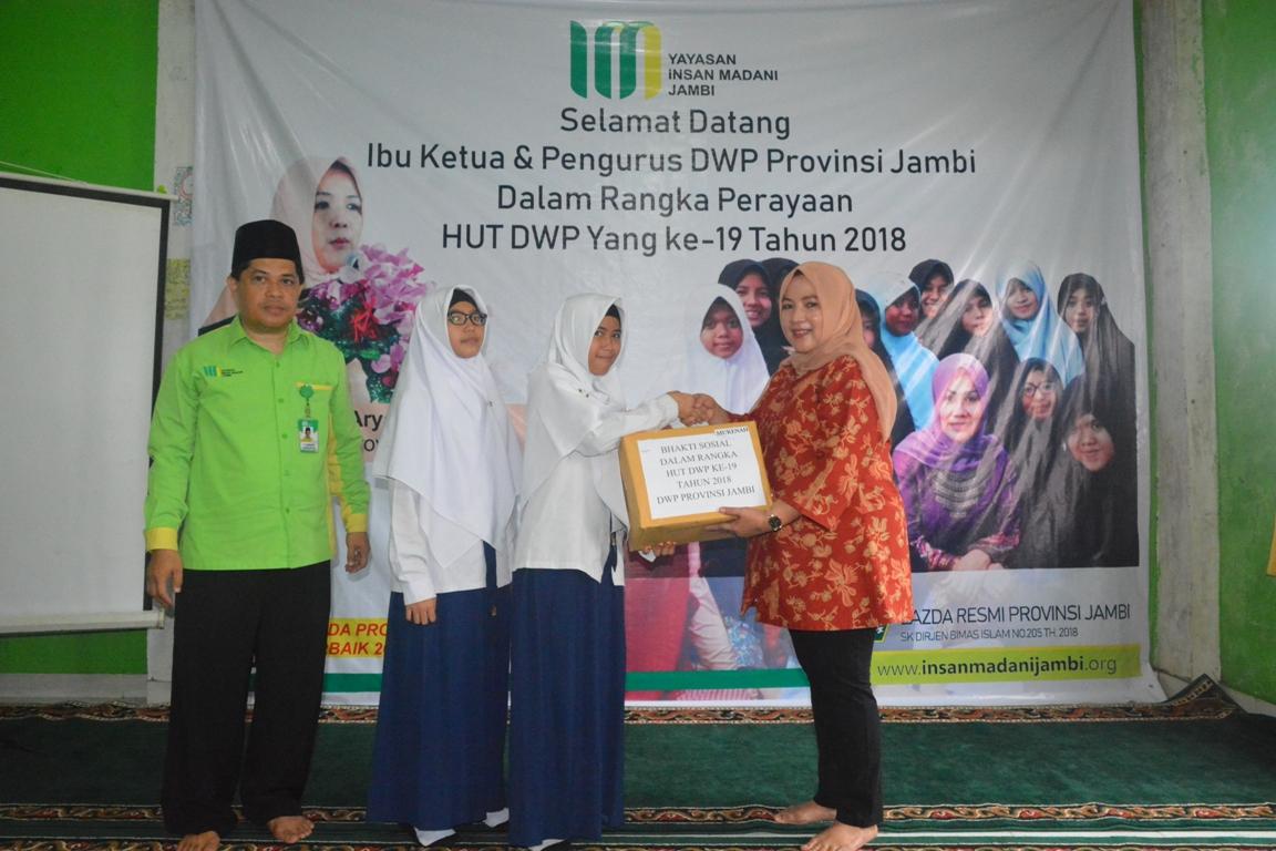 Permalink ke Rayakan Ultah, DWP Provinsi Jambi Bagi-bagi Sembako dan Alat Tulis