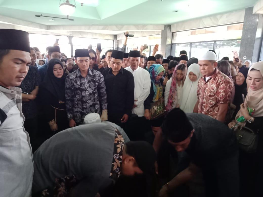 Permalink ke Zola Hadir Dalam Proses Pemakaman Almarhum Zulkifli Nurdin