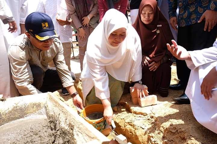Permalink ke Bupati Masnah Letakkan Batu Pertama Pembangunan Asrama Putri Ponpes Sirojul Mukhlasin