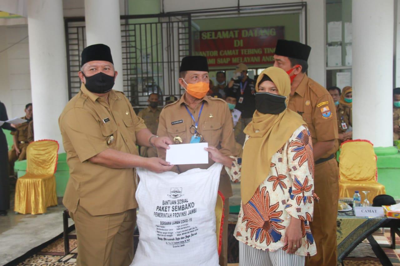 Permalink ke Lagi, Bupati Safrial Dampingi Gubernur Salurkan Jaringan Pengamanan Sosial
