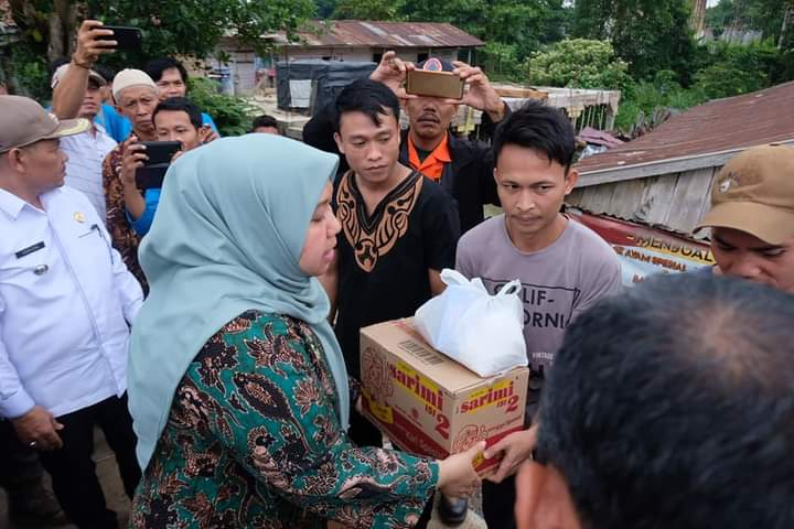 Permalink ke Tinjau Korban Angin Puting Beliung Desa Sarang Burung, Bupati Masnah Serahkan Bantuan