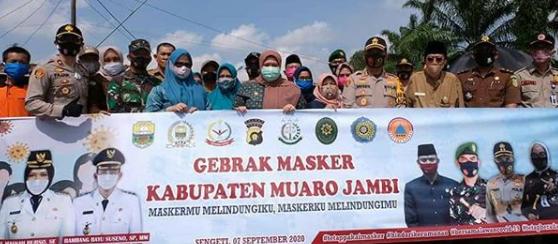 Permalink ke Bupati Masnah Bagi-bagi Masker Gratis di Pasar Sengeti