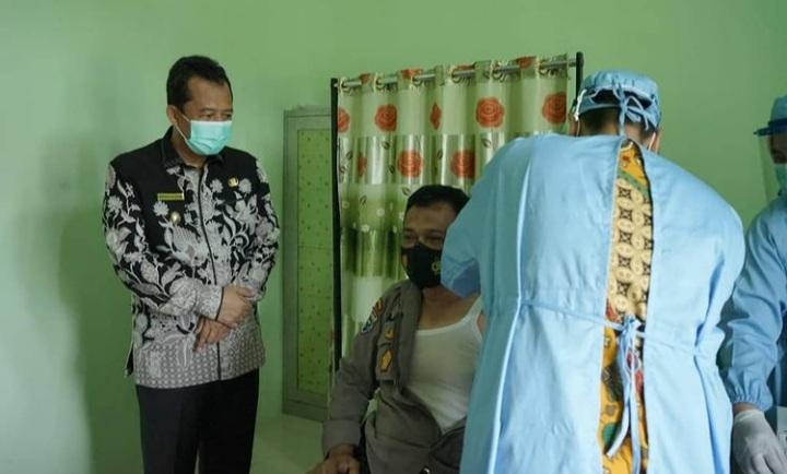Permalink ke Wabup Muaro Jambi Jadi Peserta Vaksinasi Pertama di Puskesmas Sengeti