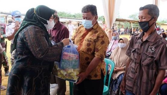 Permalink ke Bupati Masnah Salurkan Bantuan Sembako, Bibit Ikan dan Masker untuk Warga Desa Suko Awin Jaya