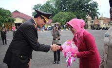 Permalink ke Wakapolda Jambi Berikan Buket Bunga Kepada Ibu Ketua Bhayangkari Simbol Peringati Hari Ibu