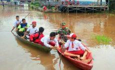 Permalink ke Banjir, Babinsa Seberangi Anak – anak ke Sekolah Pakai Perahu