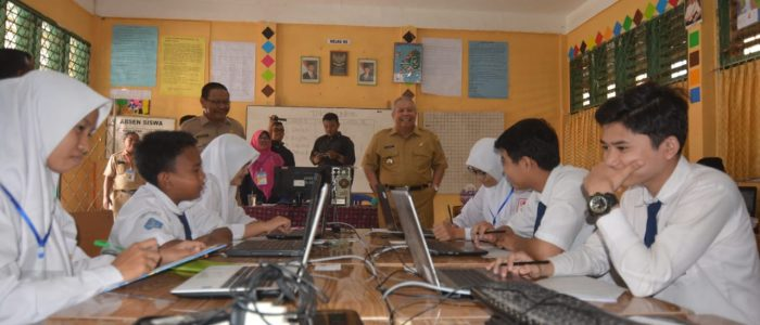 Bupati Safrial Tinjau UNBK SMP di Kuala Tungkal