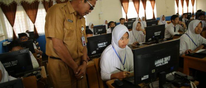 Sekda Munasri Pantau Pelaksanaan UNBK SMP di Kota Sungai Penuh