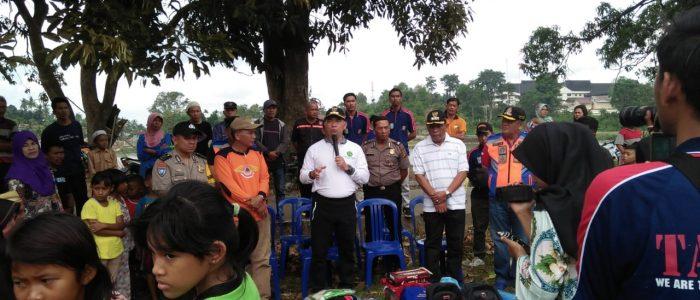 Walikota Jambi Syarif Fasha Memberikan Bantuan Kepada Korban Musibah Kebakaran