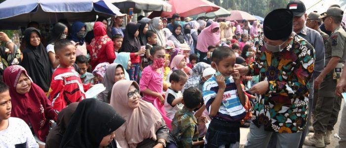 Fachrori Bagikan Masker di Moment Pawai Pembangunan 2019