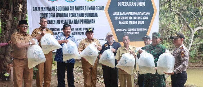 Bupati Safrial Tebar 30.000 Benih Ikan Air Tawar di Desa Suban