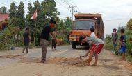 Permalink ke Warga RT. 13 Bram Itam Kiri Gotong- royong Perbaiki Jalan Rusak diLintas Tungkal-Jambi