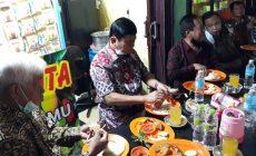 Permalink ke Makan Malam di Pujasera, Syafril Nursal Santap Menu Makanan Laut dengan Gaya Sederhana