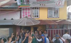 Permalink ke Unik…!!! Warga Seisi Rumah Posko Azas di Maliki Air Rawang Acungkan Dua Jari dan Meminta Berfoto Bersama Fikar – Yos
