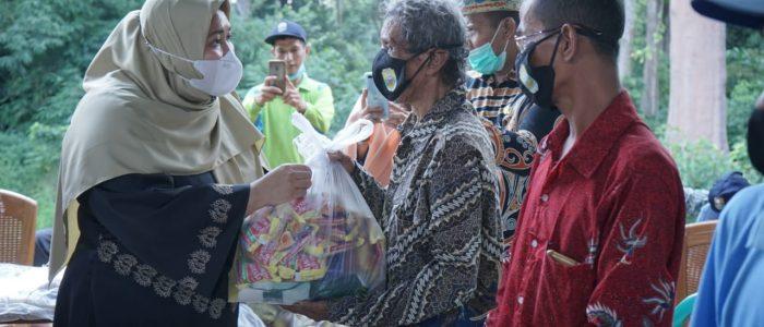 Peduli, Bupati Masnah Serahkan Bantuan Ratusan Paket Sembako untuk Masyarakat Terdampak Covid-19 di Desa Talang Duku