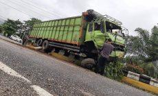 Permalink ke Hilang Kendali, Mobil Fuso Hino Tabrak Pembatas Jalan di Muara Bulian