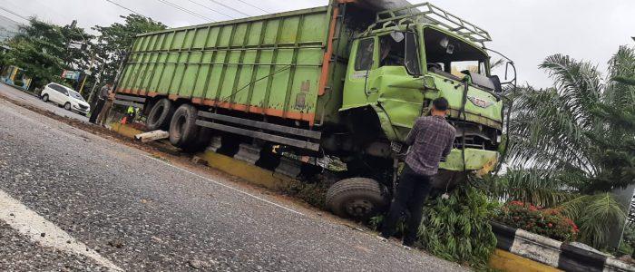 Hilang Kendali, Mobil Fuso Hino Tabrak Pembatas Jalan di Muara Bulian