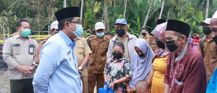 Bupati Tanjab Barat Drs. H. Anwar Sadat Serahkan Bantuan Untuk Korban Kebakaran di Parit Cegat Sialang