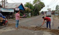 Permalink ke Hindari Kecelakan,Warga dan Pemuda RT 11 Bram Itam Kiri Bergotong-royong Perbaiki Jalan Rusak